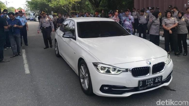 Potret Massa Hadang BMW yang Dinaiki Neno Warisman di Pekanbaru