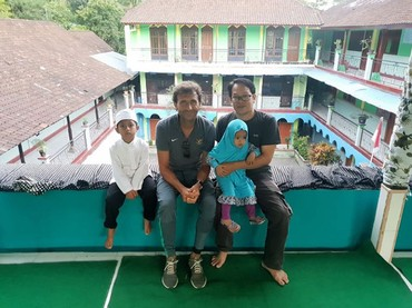 Senyum ramah itu juga ditampilkan saat mengunjungi anak-anak yatim piatu di Bali. (Foto: Instagram @luismillacoach)