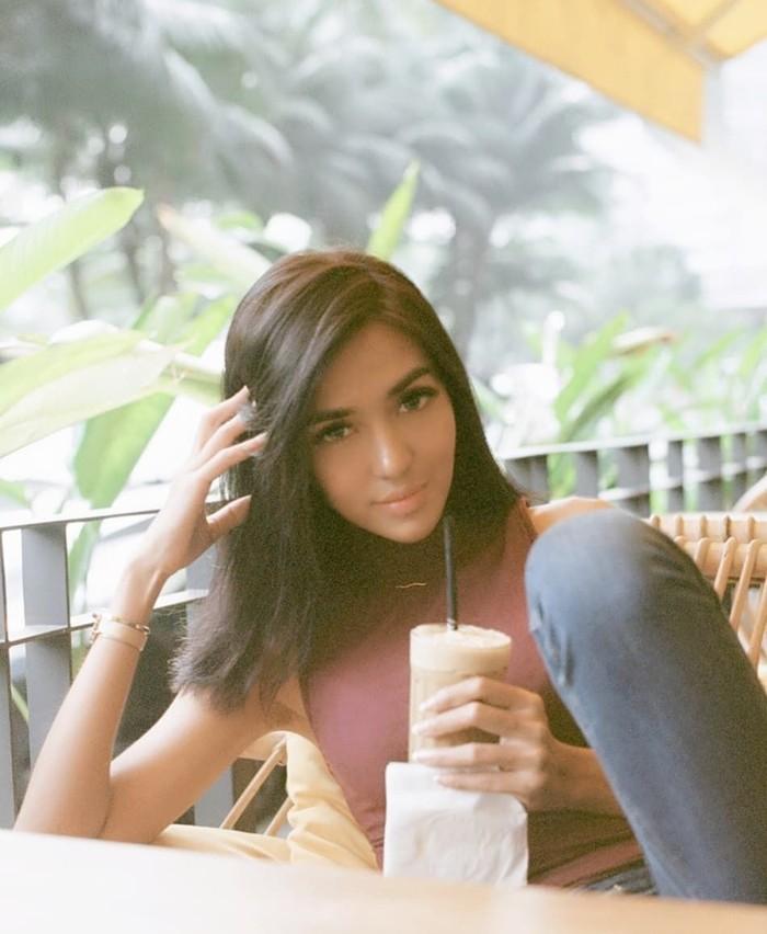 Anastasia adalah finalis Puteri Indonesia 2015. Wajah manisnya juga kerap menghiasi sebuah acara di TV swasta. Model ini rupanya juga suka ngopi! Foto: Instagram kykuu