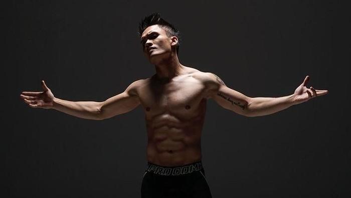 Berbeda saat pertama kali muncul di sinetron Cinta Fitri, Randy Pangalila kini berubah penampilan dengan tonjolan otot kekarnya. Dalam sebuah pertarungan bertajuk celebrity match, di atas ring MMA, Randy bertarung dengan Fajar Ibel, seorang musisi yang juga menekuni dunia MMA dan membuatnya KO (knockout) dalam 39 detik. Foto: Instagram/randpunk