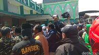 Pria beratribut Banser ikut aksi penolakan deklarasi #2019GantiPresiden di Masjid Kemayoran, Surabaya.