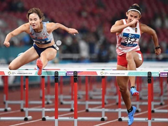 Emilia Nova (kanan) meraih perak di nomor lari gawang 100 meter putri Asian Games 2018. (Foto: Jewel Samad/AFP Photo)