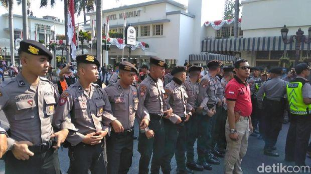 Polisi berjaga di Hotel Majapahit