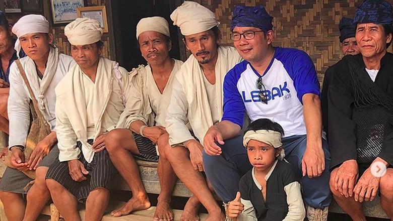 Ridwan Kamil bersama suku Baduy (ridwankamil/Instagram)