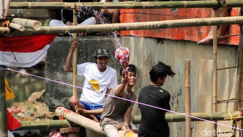 Serunya Lomba Pukul Bantal di Kali Ciliwung