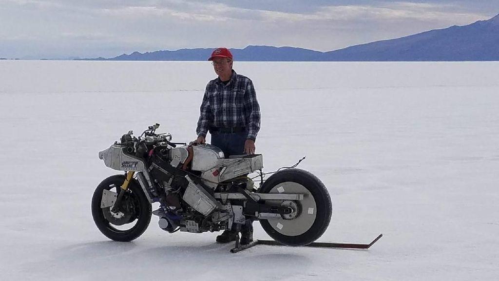 Keren! Kakek Ini Ngebut 477 km/jam Naik Motor Rakitannya Sendiri