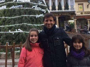 Ini adalah salah satu foto Luis Milla saat bersama anak-anak. Senyum ramah mengembang di wajahnya. (Foto: Instagram @luismillacoach)