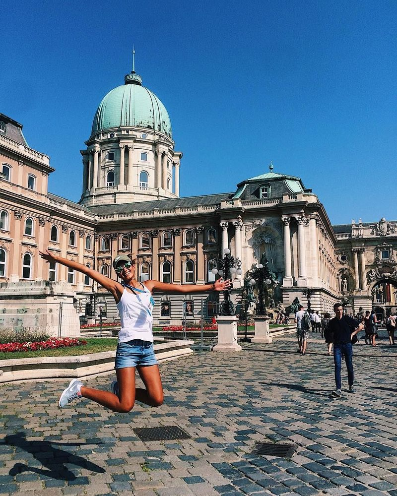 Inilah Azhar Alibayeva, saat traveling ke Budapest, Hungaria (alibayeva_q/Instagram)