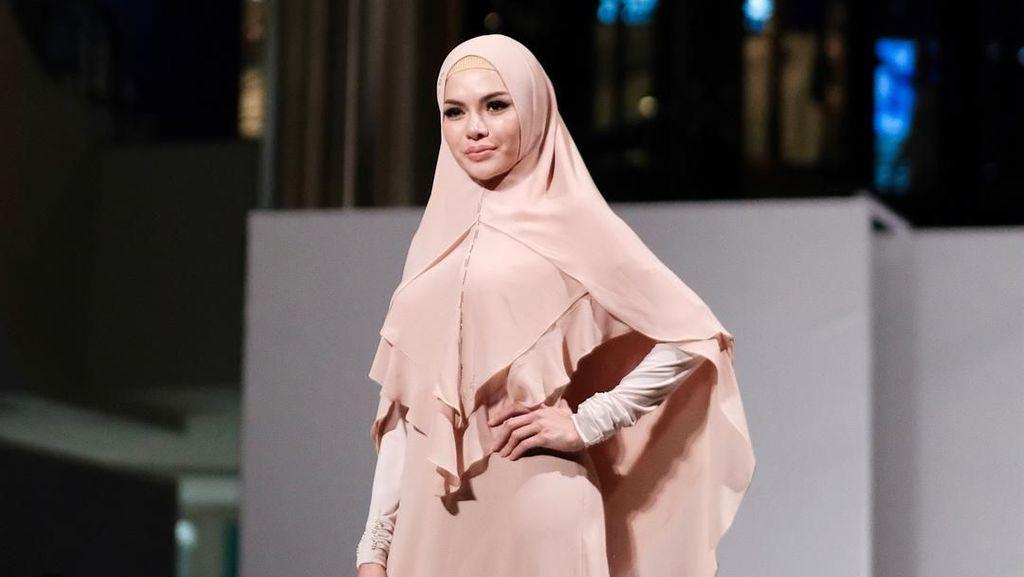 Pertama Kalinya Nikita Mirzani Pakai Hijab Syari, Ini Tampilannya