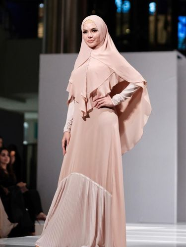 Pertama Kalinya Nikita Mirzani Pakai Hijab Syar'i, Ini Tampilannya
