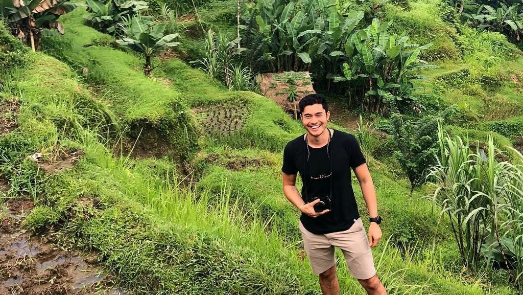 Potret Liburan Henry Golding Si Crazy Rich Asians