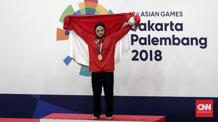 Sarah Tria Monita menegaskan dominasi Indonesia di cabang pencak silat Asian Games 2018 sehabis ia sanggup medali emas (CNNIndonesia/Safir Makki)