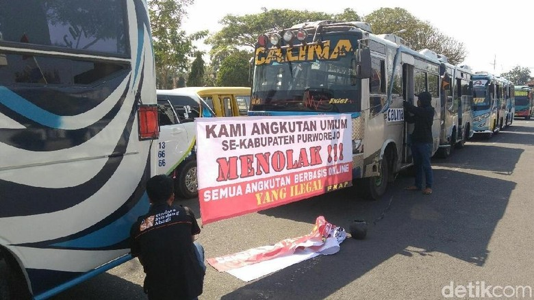 Angkutan Umum Mogok, Warga Purworejo Numpang Truk Polisi