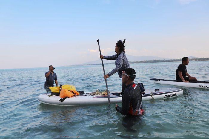 Menteri Kelautan dan Perikanan Susi Pudjiastuti di perairan Pulau Sahi Natuna. Nampak susi sedang berada di atas paddle. Pool/Dok. Kementerian Kelautan dan Perikanan.