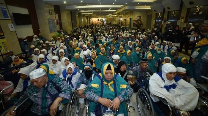 Dubes RI untuk Arab Saudi Agus Maftuh dan Dirjen Penyelenggaraan Haji Nizar Ali melepas pemulangan perdana jemaah haji ke Indonesia.