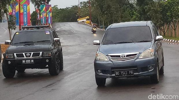 Mobil berstiker Asian Games 2018 dan tidak.