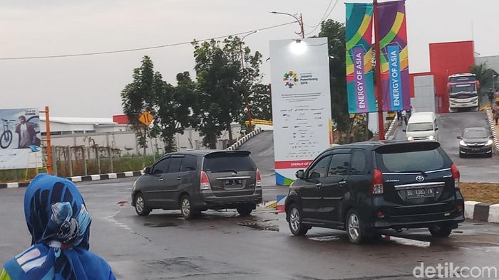 Mobil-mobil pribadi tanpa stiker khusus Asian Games 2018 di kompleks Jakabaring. (Foto: Yanu Arifin/detikSport)