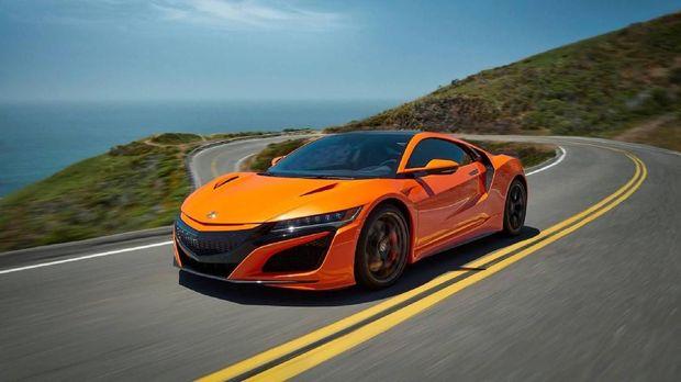 Honda melakukan penyegaran pada mobil super Honda NSX. Mobil yang juga disebut sebagai Acura NSX di Amerika itu kini lebih keren dengan warna mencolok oranye.