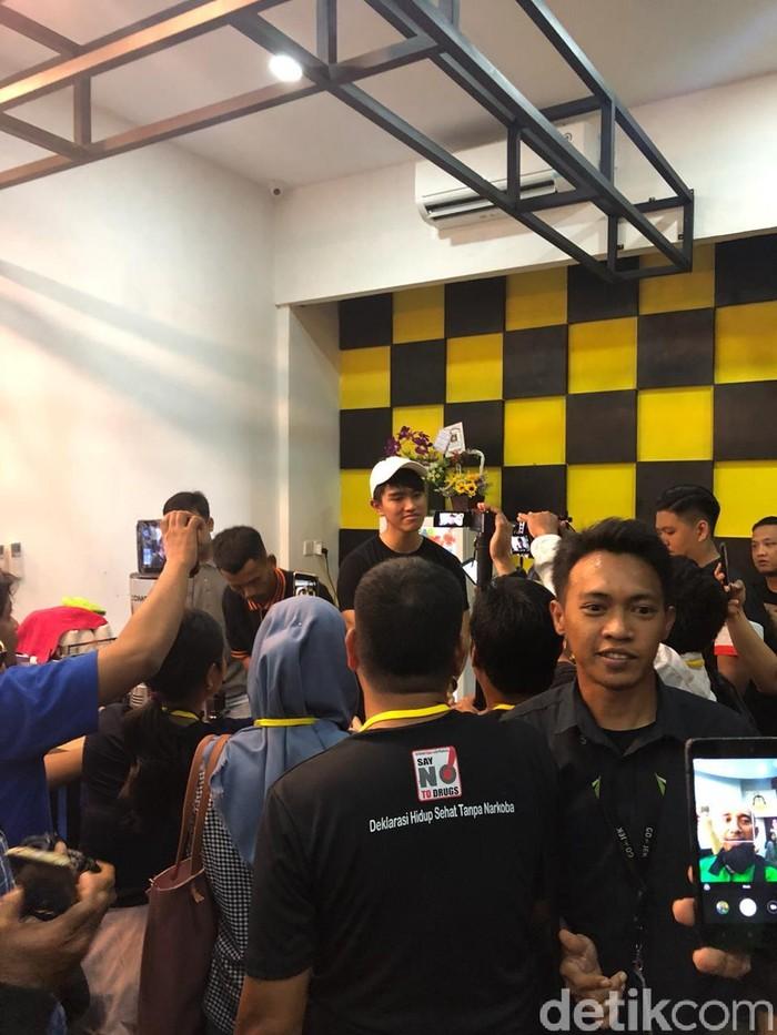 Semalam putra bungsu Presiden Joko Widodo, Kaesang Pangarep meresmikan gerai Sang Pisang di Batam. Ia juga memperkenalkan produk barunya, bronpis alias brownies pisang. Foto: dok. detikFood