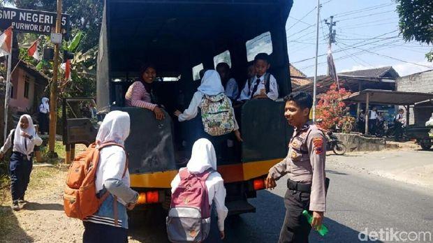 siswa sekolah diantar pakai truk polisi