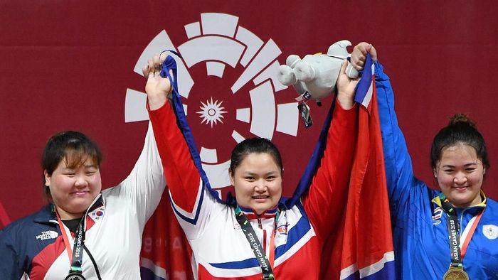 Lifter Korea Utara Kuk Hyang Kim (tengah) (ANTARA FOTO/INASGOC/Helmi Afandi/YU/18.)
