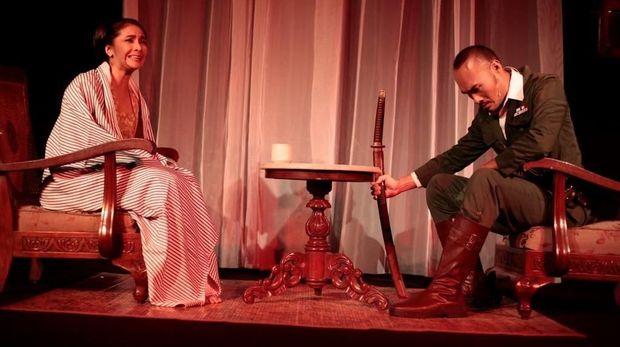 Maudy Koesnaedi saat berperan di 'Ronggeng Kulawu.'