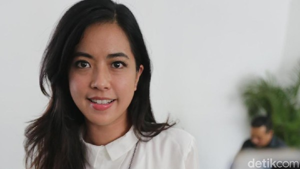 Dalam Proses Cerai, Yeslin Wang Temani Delon Nonton