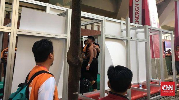 Pesilat Malaysia Mohd Al Jufferi Jamari mengamuk di belakang arena pertandingan pencak silat usai bertarung dengan Komang Harik Adi Putra dari Indonesia.