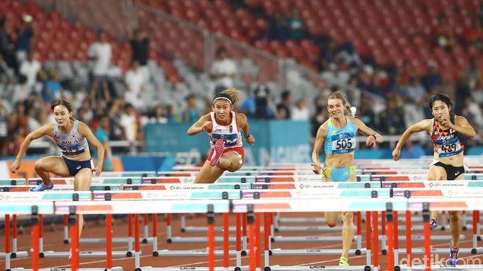 Emilia Nova berlaga di final lari gawang 100 meter putri di Stadion Gelora Bung Karno, Minggu (26/8/2018) malam WIB. Foto: Grandyos Zafna/detikcom