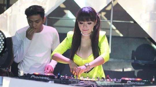 Disebut DJ Paling Seksi, Ini Penampilan Dinar Candy saat Nge-DJ