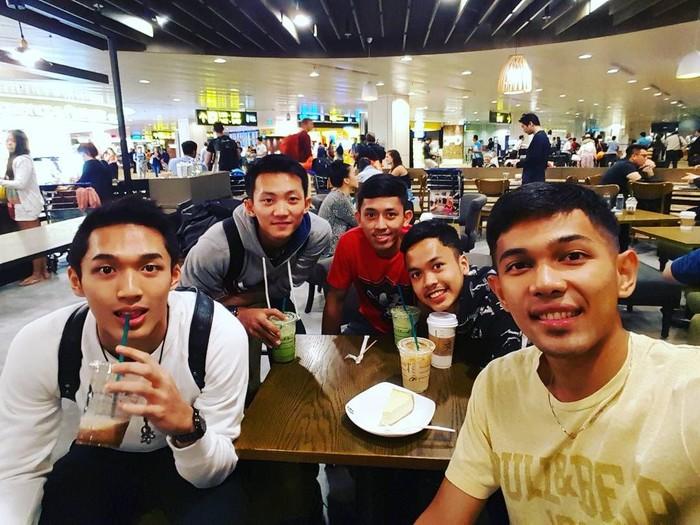 Atlet muda kelahiran Bandung itu ternyata gemar hang out. Baik dengan rekan sesama atlet hingga keluarga. Seperti saat ia dan para pebulutangkis Indonesia lainnya makan bareng ini. Mereka tengah berada di Changi Airport, Singapura.Foto: Instagram fjralf95
