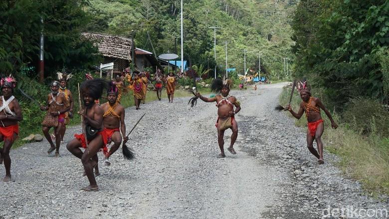 Suku Arfak saat menyajikan tarian sambutan bagi pendatang (Masaul/detikTravel)