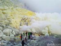 Perlu diketahui juga, selama mendaki Kawah Ijen kamu akan menemui para penambang belerang yang mengais rizki di sana. (Chuk S. Widarsha/detikTravel)