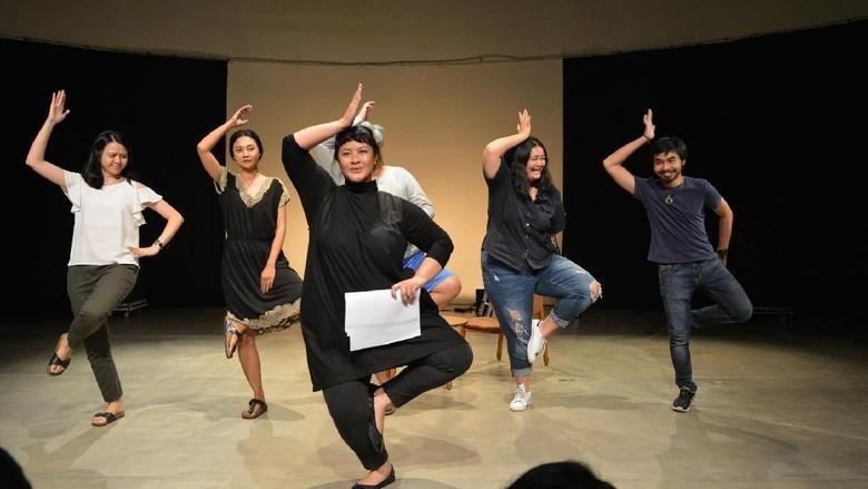 Teatrikal Dadakan Reza Rahadian dan Sita Nursanti di White Rabbit Red Rabbit