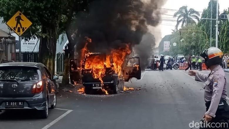 mobil terbakar di jombang satu keluarga selamat. Black Bedroom Furniture Sets. Home Design Ideas