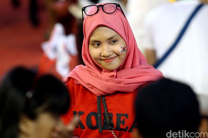 Begini penampakan pendukung Indonesia yang mengenakan atribut berbau Korea di venue panjat tebing di Palembang, Selasa (28/8/2018).