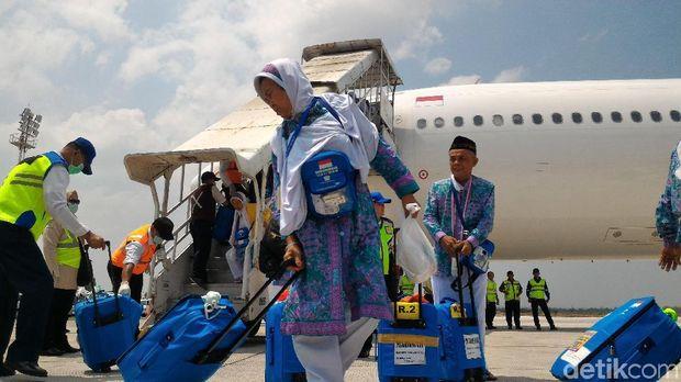 Jemaah haji Kloter 1 debarkasi Solo tiba di Indonesia.