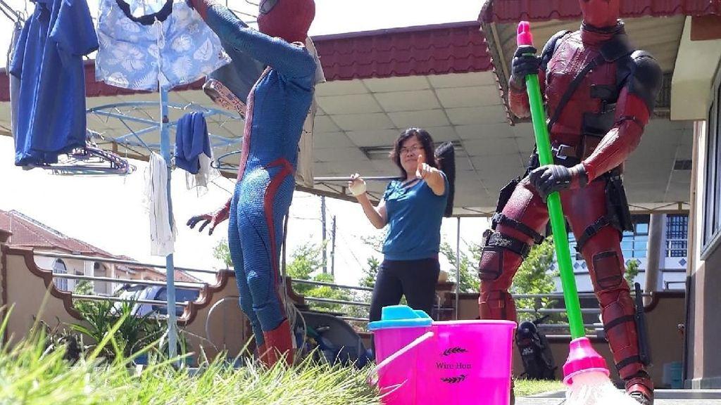Aksi Superhero Mainan Saat Bersantai di Rumah
