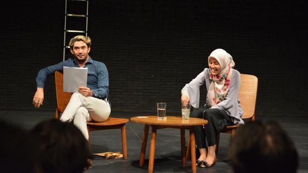 Teatrikal Dadakan Reza Rahadian dan Sita Nursanti di 'White Rabbit Red Rabbit'