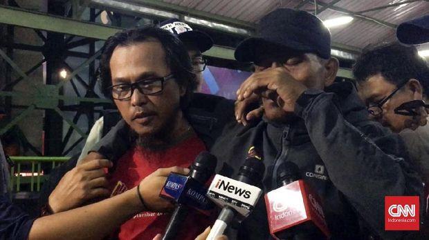 Herman (kanan) menangis karena perjuangan Muhammad Hinayah selama ini berbuah medali emas Asian Games 2018.