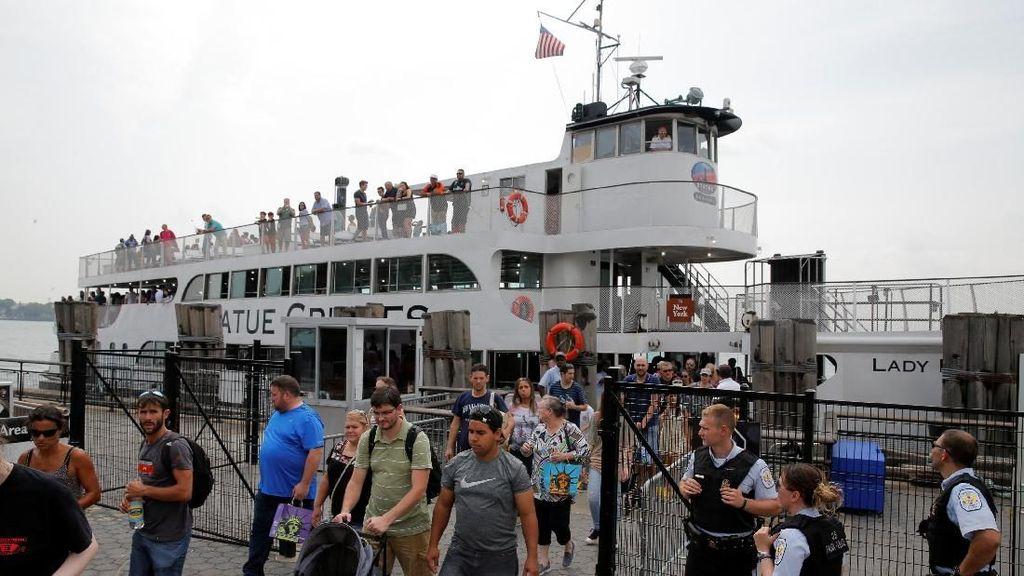 Momen 3 Ribu Pengunjung Patung Liberty Dievakuasi Saat Kebakaran