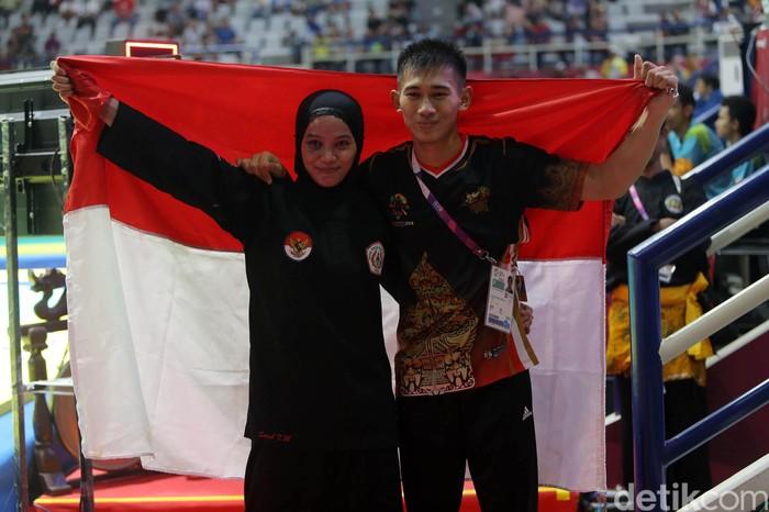 Pasangan suami istri Iqbal Candra Pratama dan Sarah Tria Monita kawinkan dua medali emas di cabang olahraga pencak silat. (Foto: Agung Pambudhy)