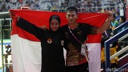 Pasangan suami-istri Iqbal Candra Pratama dan Sarah Tria Monita raih dua medali emas dari cabor pencak silat. Duh begini kalau mereka latihan bersama.