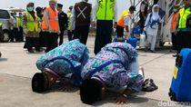 Penuh Haru, Jemaah Haji Kloter 1 Debarkasi Solo Tiba di Tanah Air