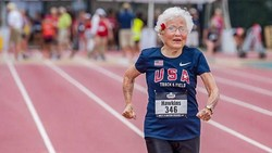 Para ilmuwan telah menegaskan bahwa ketika menua, resep awet muda adalah bahagia. Nah, berikut beberapa lansia yang tetap kece dan tak mau kalah dengan usia.
