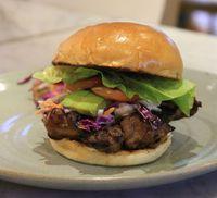 makan malam istimewa pakai burger wagyu yang gurih juicy