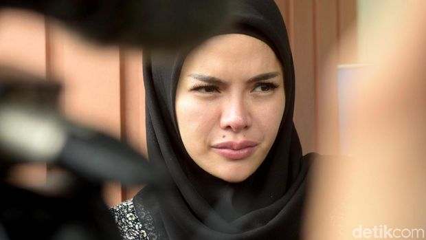 Oplas Selebriti Indonesia hingga Operasi Keperawanan Dewi Perssik