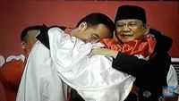 Disatukan Merah Putih dan Pesilat, Jokowi-Prabowo Berpelukan