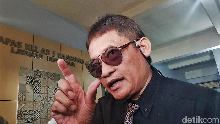 Terpidana kasus pembunuhan aktivis HAM Munir, Pollycarpus Budihari Prijanto mendatangi Balai Pemasyarakatan (Bapas) Bandung, Jalan Ibrahim Adjie, Kota Bandung, untuk mengambil surat bebas murni, Rabu (29/8/2018). Dia datang dengan ditemani istrinya.
