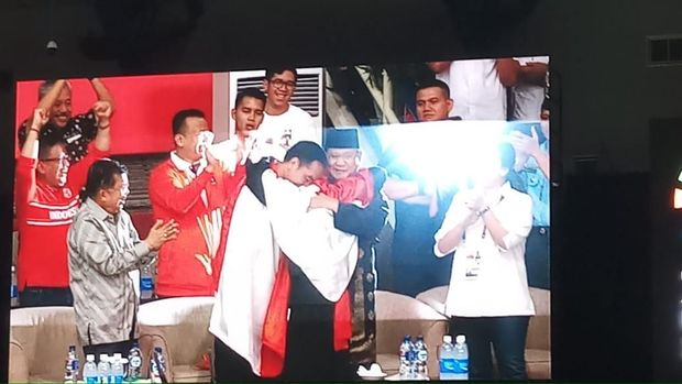 Jokowi pelukan dengan Prabowo dan atlet pencak silat.